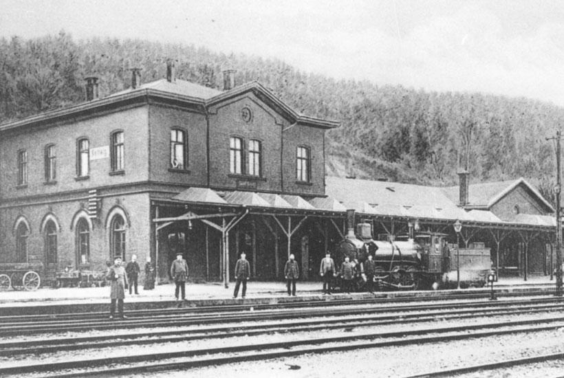 Alte Ansicht des Bahnhofs mit Dampflok und Personen