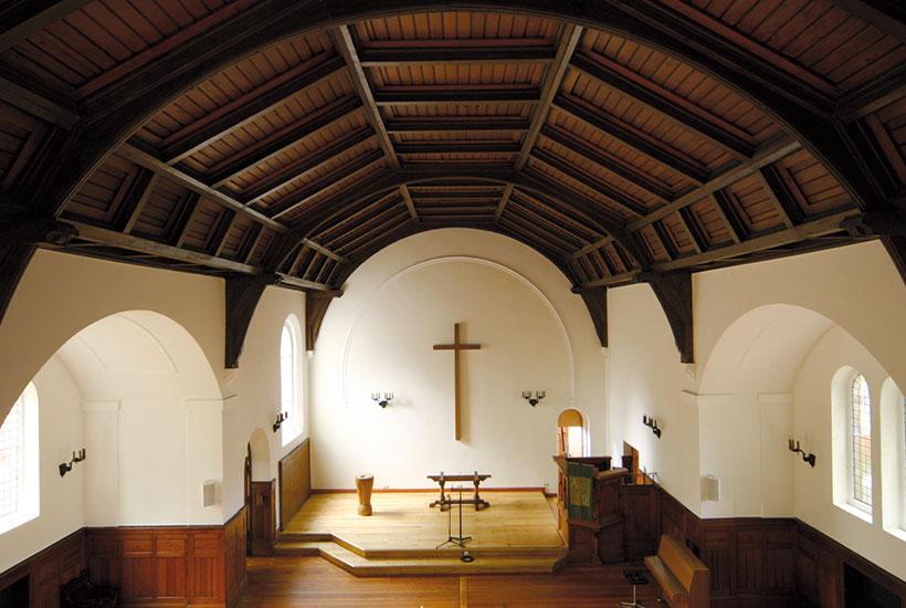 11-3: Innenansicht der Kirche Am Brandenbush mit Holztonnengewölbe