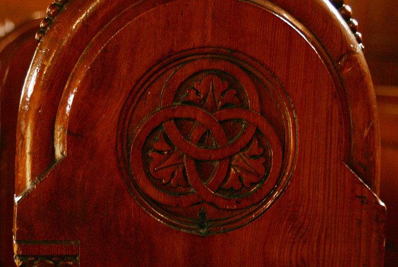 11-4: Familienbänke Krupp mit den Krupp-Ringen in der Kirche Am Brandenbusch