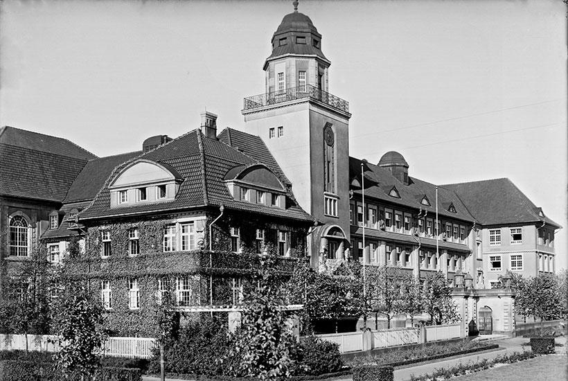 16-1: Realgymnasium mit (links) Direktorenwohnung um 1913