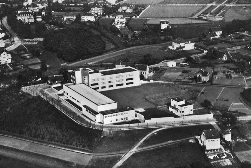 """22-1: Der """"Bauhauskomplex"""" von Grashof Gymnasium und Direktorenvilla, Luftbild von 1932"""
