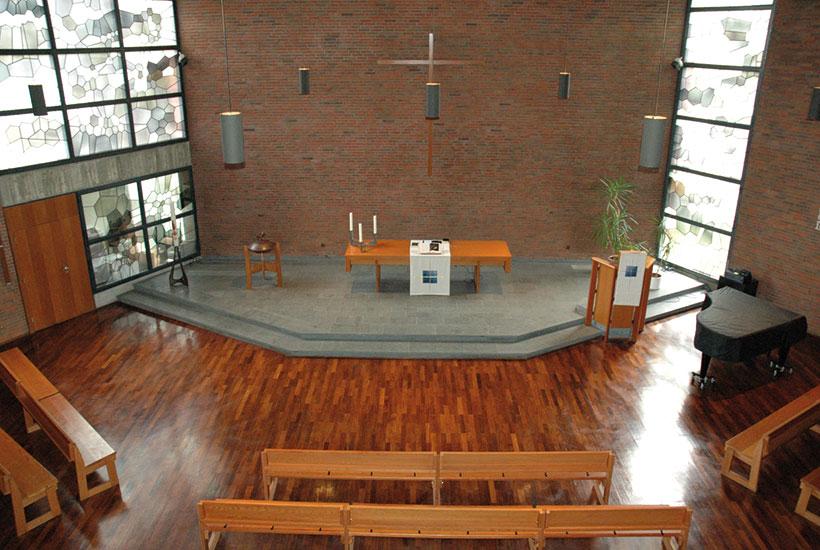21-2: Altarraum der Kirche Am Heierbusch