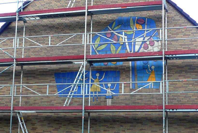 """23-3: Mosaik """"Pflaumenbäume"""" hinter dem Baugerüst am Haus Ecke Einigkeitstraße/Frühlingstraße"""