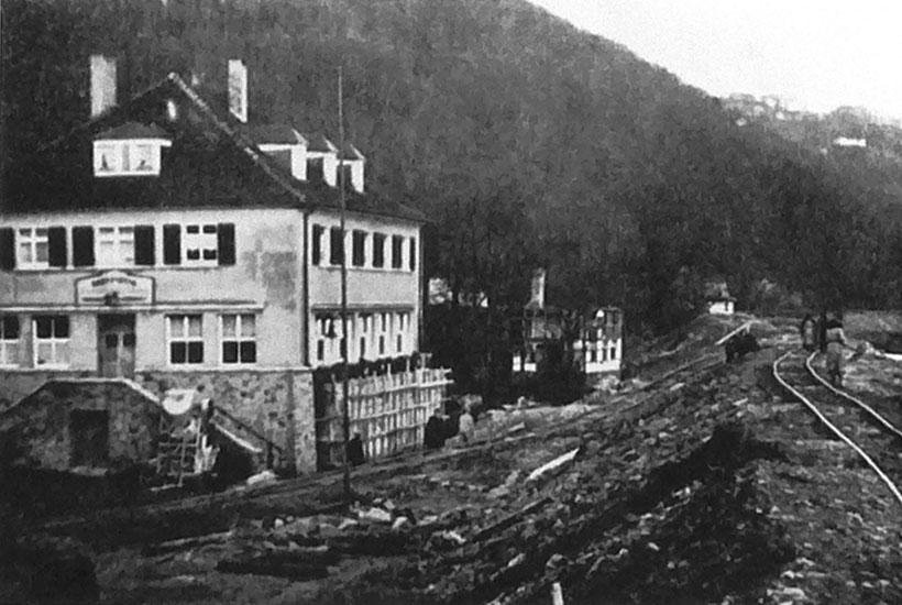 """3-5: Bau des Baldeneysees mit Gaststätte """"Baldeneyer Fähre"""" und –  im Hintergrund –  noch das alte Müllerhaus 1932"""