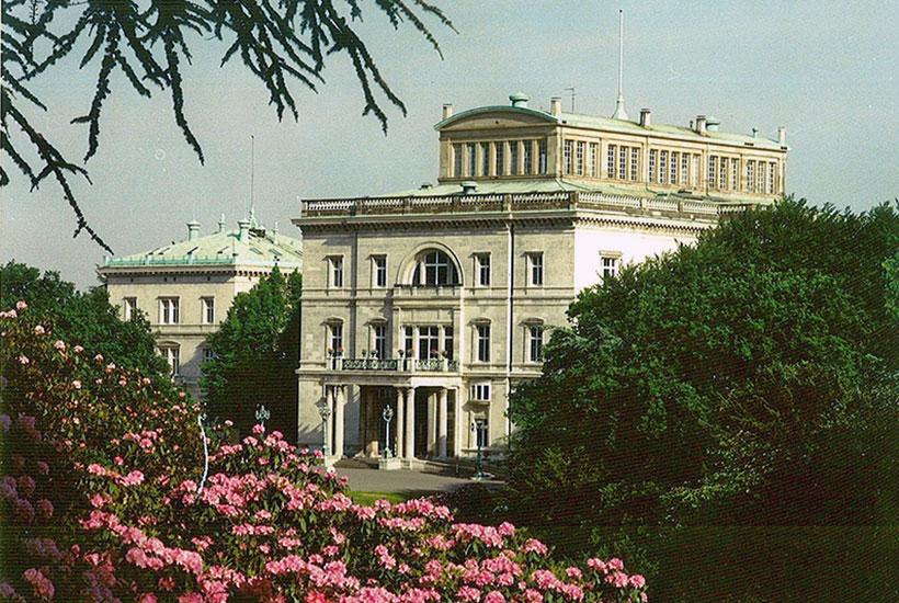13-5: Hügelpark mit Villa Hügel vom Tor II aus