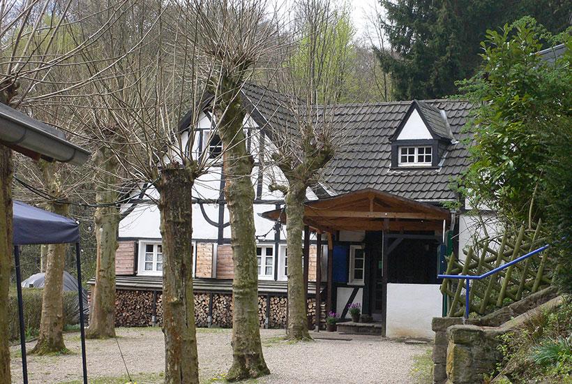 """18-1: Eingangsbereich der Gaststätte """"Zur Wolfsbachquelle"""""""