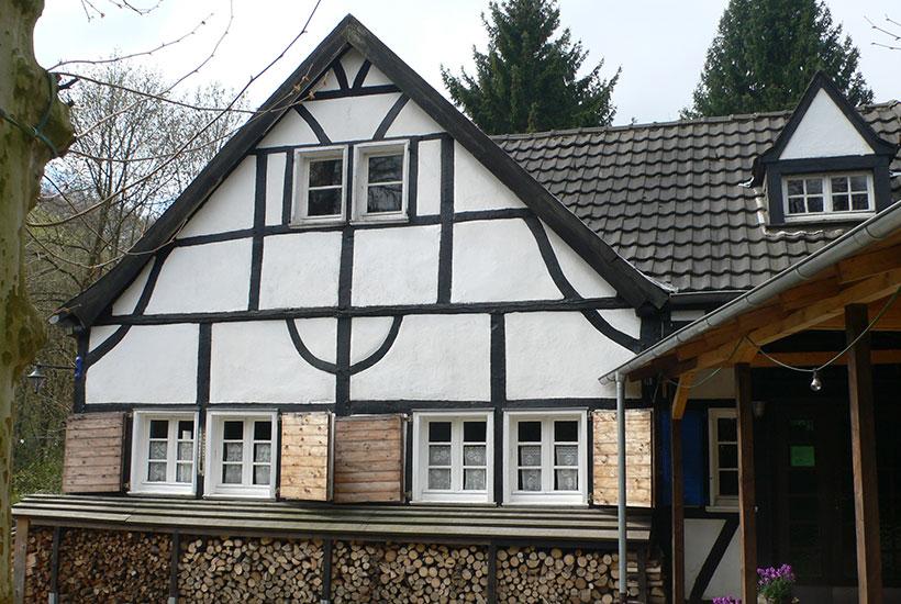 """18-2: Frontansicht der Gaststätte """"Zur Wolfsbachquelle"""""""