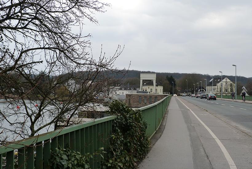 Blick auf die Ruhrbrücke in Richtung vor der Brücke