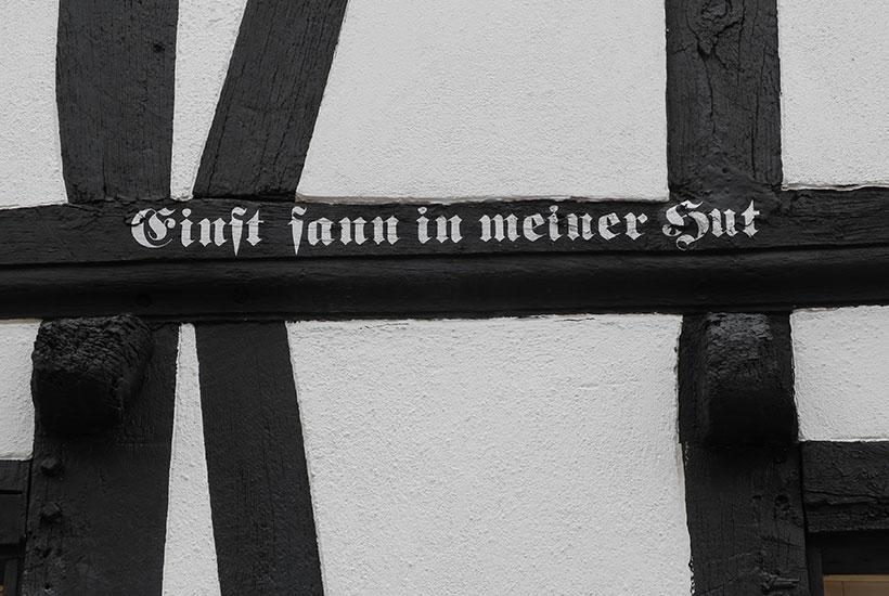 Inschrift im Fachwerkbalken