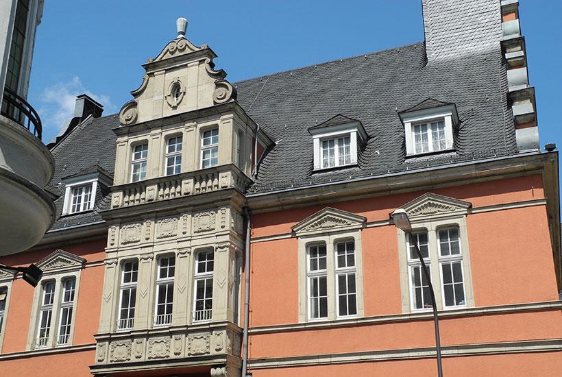 Mit zweigeschossigem Erker im Stil Deutscher Renaissance