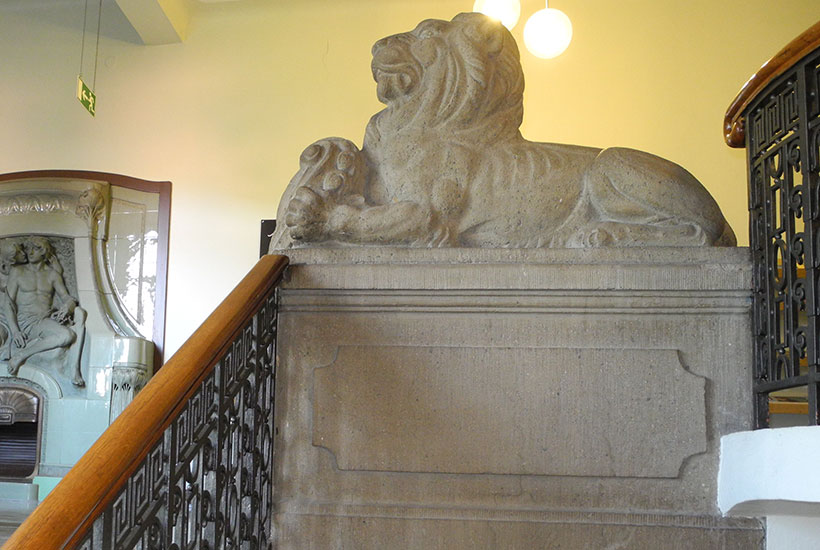 """Der Wächter"" , Löwen-Skulptur am Treppenaufgang"