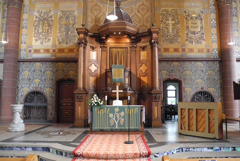 Altar in der floral ausgemalten Kirche