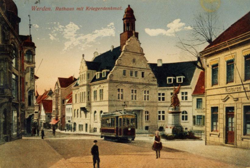 Rathaus mit Kriegerdenkmal und Straßenbahn